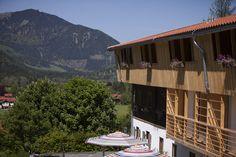 Kurzurlaub in Bayern im Natur Hotel Tannerhof mit Blick auf die Berge ... hier werden die Gäste in der Alten Tann empfangen, beim Essen verwöhnt. Hier trifft man sich zum lesen, leben und entspannen. #Hotel #Bayern #Entspannung #Reisen
