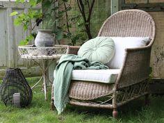 Leppoisaan loikoiluun ihana muhkea nojatuoli Wicker Armchair, Outdoor Armchair, Made To Measure Furniture, Deep And Wide, Cream Cushions, Outdoor Furniture Sets, Outdoor Decor, Wooden Frames, Solid Wood