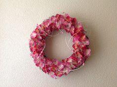 Krans met hortensia bloemblaadjes Afgewerkt met pitriet en kraaltjes,sisal.