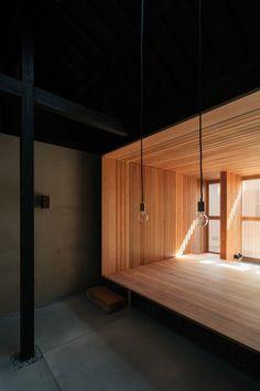 Le studio d'architecture nippo-australien Atelier Luke a rénové une vieille maison mitoyenne et étroite, typique de la ville de Kyoto. Nommée Terrace House et située près de Demachiyanagi, la maison a une façade historique qui a été restaurée tout en apportant des touches de design japonais et australien contemporain à l'intérieur. Le studio a commencé le projet en dépouillant la maison de sa structure, révélant la charpente qui était auparavant cachée. Ils ont choisi de la faire…