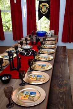 Take a look at this fantastic Harry Potter Birthday Party! The table settings ar… Schau dir diese fantastische Harry Potter Geburtstagsfeier an! Baby Harry Potter, Harry Potter Tisch, Harry Potter Table, Harry Potter Motto Party, Gateau Harry Potter, Harry Potter Fiesta, Harry Potter Thema, Cumpleaños Harry Potter, Harry Potter Halloween Party