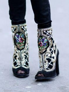 Suède enkellaarsjes met rijk borduursel @ Parijs Fashion Week