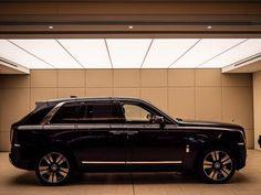 look: Rolls-Royce Cullinan and the unlikely intersection of rugged and luxury Rolls-Royce Cullinan: mega beefyRolls-Royce Cullinan: mega beefy Rolls Royce Suv, Rolls Royce Black, Preppy Car, Rolls Royce Cullinan, Suv Cars, Best Classic Cars, Expensive Cars, Custom Cars, Motor Car