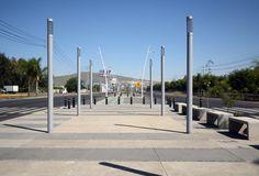 Avenida Adolf B. Horn por Agraz Arquitectos. Este proyecto fue realizado en 2011, se localiza en el municipio de Tlajomulco de Zúñiga, Guadalajara, México. Surge bajo la idea de recuperar el camellón que con el paso del tiempo y la falta de uso, estaba deteriorado. En primera instancia el municipio propone que se construya un parque lineal. Lo que se realizó fue la optimización el sitio con áreas de estar y áreas verdes.  http://www.podiomx.com/2012/08/avenida-adolf-bhorn-por-agraz.html