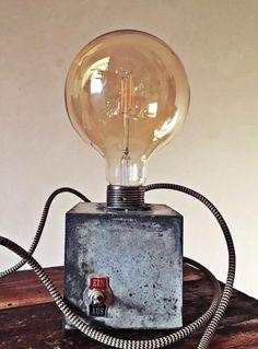 Tischlampe im #Industrial Design. #Lampe aus #Beton mit #Vintage #Patina und #Textilkabel. Tolle #Nachtischlampe im Vintage Design / vintage cube #lamp made from #concrete. Table lamp in industrial design made by AusLiebzumBeton via DaWanda.com#