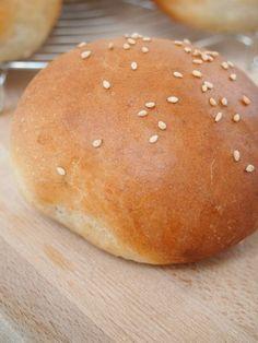 Avec cette pluie incessante, j'ai eu envie de confort food, un bon burger serait parfait. Mais pour faire un bon burger, il faut surtout un bon pain (bun) moelleux et légèrement brioché. Une fois que vous y aurez gouté, vous ne pourrez plus jamais apprécier un pain Harris! Attention, je vousContinue Reading