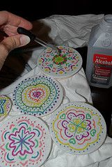 Use a sharpie (not the fabric kind, they don't spread) and press it onto the shirt for about ten seconds. Using an eyedropper drop a bit of rubbing alcohol on to the center of your design and watch it spread out to create Sharpies, Sharpie Alcohol, Sharpie Markers, Rubbing Alcohol, Sharpie Projects, Sharpie Crafts, Sharpie Art, Sharpie T Shirts, Sharpie Tie Dye