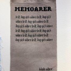 Gisela Ståle @broderauttexten i svarta, humoristiska tolkningar kring livet, orden och självransakan.