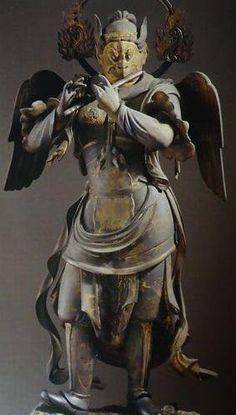 蓮華王院三十三間堂迦楼羅王像:三十三間堂に伝わる二十八部衆の一角をなす。サンスクリット語であるガルーダに漢字を当てたもので、人形であるが、鷲の頭とくちばし、爪と翼を持つ。日本の妖怪である天狗は迦楼羅の変形を伝えたものとされている。