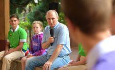 (28 фотографии)   Посещение Международного детского центра «Артек»   Владимир Путин ознакомился с работой детского центра, пообщался с артековцами, принял участие в открытии седьмой смены, которая посвящена Саманте Смит.   24 июня 2017 года 16:20   http://www.kremlin.ru/events/president/news/54864