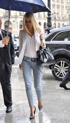 Street style look camiseta e blazer branco, calça jeans, scarpin.