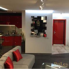 Дверная накладка ярко красного цвета на металлическую входную дверь #межкомнатныедвери #рулес #дизайн #декор #интерьер