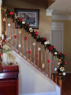 12 DIY House Holiday Decoration Ideas Easy To Do Christmas staircase, Toni Finucan, Christmas staircase 12 DIY Haus Urlaub Dekoration Ideen . Christmas Stairs Decorations, Christmas Wreaths, Christmas Christmas, Tree Decorations, Christmas Staircase Garland, Christmas Decorations For Staircase, Christmas Decor For Stairs, Xmas Stairs, Christmas Decoration Crafts