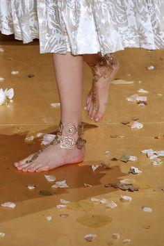 Tornozeleira nos pés descalços, na alta-costura da Valentino