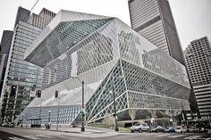 """Uma impressionante """"peça de arquitectura"""", a biblioteca central de Seattle tem uma aparência única, consistindo em diversas """"plataformas flutuantes"""", aparentemente envoltas numa enorme rede de aço e cobertas de vidro. São cerca de 34.000 m2 com espaço para mais de 1,45 milhões de livros e outros materiais."""