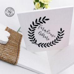 Fehér könyvtámasz #FARMHOUSE Megvásárolható a webáruházban --->>> http://kerekecskegombocska.com/termek/feher-konyvtamasz-farmhouse/