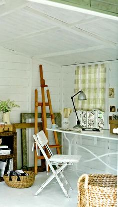 In a garden studio you can paint, write or simply while away the time. For a calm effect, paint the room white, set a table before the window, and put up an unlined curtain or blind at the window to shield you from the sun. Studio Shed, Summer House Interiors, Interior, Home Decor Bedroom, Summer House, House Styles, Home Decor, Shed Interior, Log Cabin Interior