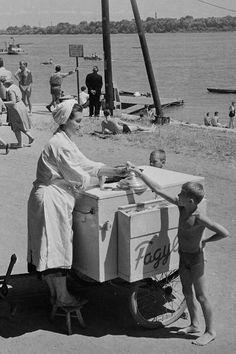 Mozgó fagylaltárus a Római Parton, 1961.