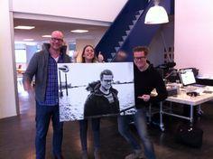 Jitske Koesen en Hennie Bouwe bij Wenneker om Maurice Wenneker een kadootje te geven als dank voor zijn bijdrage aan het magazine #2 van Canday.