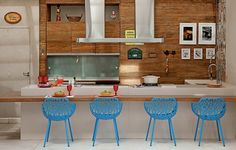 O arquiteto Samy Dayan e a designer de interiores Ricky Dayan fizeram uma bancada que funciona como mesa de jantar, onde os convidados podem comer e acompanhar o movimento da cozinha