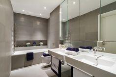 modernes bad minimalistisch großer wandspiegel taupe fliesen badewanne