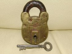 Vintage-Chubb-Padlock-from-His-Majestys-time-with-working-key