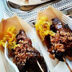 """Sarina's Snacks on Instagram: """"Heb je een feestje? Denk eens aan Saté bootjes. Verse op houtskool geroosterde kip saté, geserveerd in een leuk bakje met wat atjar,…"""" Snacks, Restaurant Recipes, No Bake Cake, Street Food, Waffles, Lunch, Baking, Breakfast, Instagram"""