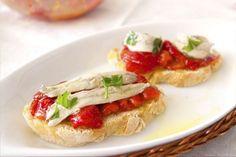 Boquerones en vinagre con pimientos asados. Un aperitivo delicioso y diferente, además de sano! Prepara pimientos rojos asados al horno y unos boquerones en vinagre, y sírvelos sobre una tostada de pan, riquísimo!