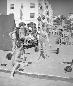 Old-school fitness! Muscle Beach, Santa Monica, CA, Revisited fitness, since most of us would rather not use steroids. Fit Women Bodies, Female Bodies, Women Legs, Toning Workouts, Butt Workout, Workout Fitness, Girl Workout, Workout Routines, Bodybuilder