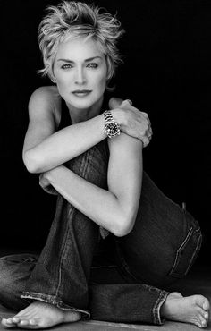 Sharon Stone/ pose is awesome Short Hair Cuts, Short Hair Styles, Beautiful People, Beautiful Women, My Hairstyle, Ageless Beauty, Poses, Aging Gracefully, Great Hair