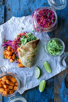 Naan w fresh cabbage salad, spicy sweet potatoes and avocado dip. Veggie Recipes, Real Food Recipes, Vegetarian Recipes, Cooking Recipes, Healthy Recipes, I Love Food, Good Food, Yummy Food, Pot Pasta