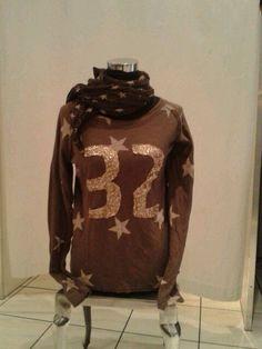 Shirt mit Sternen und Pailettenzahlen. Braun/Beige 29.90€ Tuch Sterne 9.90€