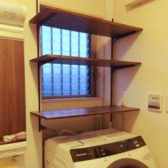 洗面所関係のスペースには、割と細々としたアイテムがあり、すっきり収納するのが難しいスペースです。今回は、洗面所関係の場所をオシャレに、そして機能的に使うための、リーズナブルで簡単なアイデア収納を調べてみました。 Diy Interior, Best Interior Design, H & M Home, Laundry Room Design, Home Renovation, Home Organization, Home Crafts, Diy Design, Diy Furniture