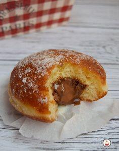 Bombas de Nocilla, unas deliciosas berlinas, o donuts fritos sin agujero rellenas de crema de cacao con avellanas. Ricas y adictivas.