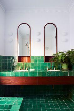 Projetado pelo escritório SJB. Décor do dia: Banheiro com ladrilho verde greenery. O tom toma conta do espaço, enquanto a madeira avermelhada faz o contraste. (Foto: ANSON SMART)