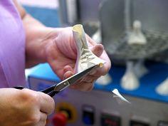 In der Vorbereitung zur Absatzmontage wird zunächst der Absatzrohling mit dem jeweiligen Obermaterial von Hand bezogen.