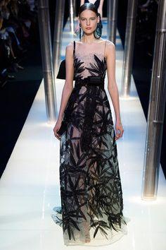 Для демонстрации своей кутюрной коллекции Armani Prive haute couture весна-лето 2015 Джорджио Армани пригласил гостей в бамбуковую рощу, которая вполне могла бы служить иллюстрацией для какой-то мистической японской истории