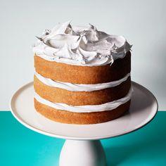 Man behöver absolut inte täcka hela tårtan i frosting eller grädde! Den här tycker vi är helsnygg.