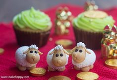 To usher in the Year of the Sheep, learn how to make these cute sheep in fondant. Happy Chinese New Year, everyone!