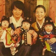 FINALLY SEE SONG TRIPLETS' MOM FACE. SHE'S PRETTY