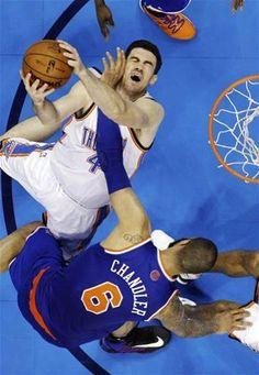 Nick Collison (4) collides with New York Knicks center Tyson Chandler (6)