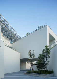 An overhanging canopy shades the cascading assortment of exhibition spaces and outdoor terraces that make up Shigeru Ban's gallery at the Tainan Art Museum. Shigeru Ban, Site Visit, Space Gallery, Exhibition Space, Building Design, Taiwan, Fractals, Art Museum, Interior And Exterior