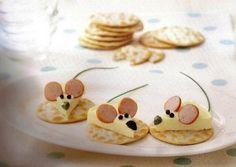 Edible mice on crackers food design and styling Cute Snacks, Snacks Für Party, Cute Food, Good Food, Yummy Food, Creative Food Art, Food Decoration, Food Crafts, Food Humor