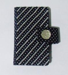 Case para celular em tecido de poá 100% algodão, com aplique de pérolas e chaton de acrílico. Feita sob medida! #case #cartonagem #artesanato #feitoamão #ilsbelle