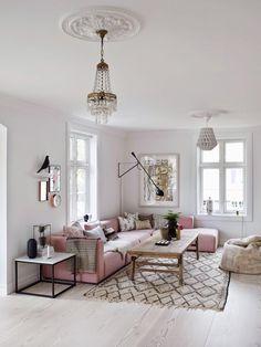 salon blanc et canapé rose poudre