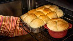 Ovocné knedlíky se dají dělat na milion způsobů. Kynuté, spařované, tvarohové... Všechny ale mají jedno společné: vaří se ve vodě. Na Valašsku se tradičně plní švestkami nebo povidly apozor: pečou se vtroubě jako buchty!