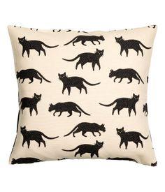 Musta/Kissat. Tyynynpäällinen painokuvioista puuvillakangasta. Kääntöpuolella…