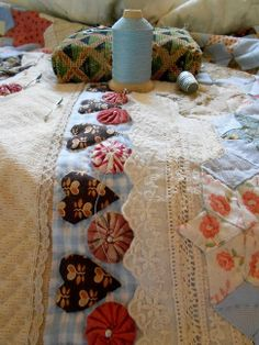 """Supergoof Quilts ~ look at the lace on the quilt, with English paper piecing sewn onto it ~ so pretty! This website in in Dutch, but you can hit the """"Translate"""" button to get it in English. Patch Quilt, Applique Quilts, Quilt Blocks, Hand Quilting, Machine Quilting, Quilting Projects, Quilting Designs, Quilt Boarders, Yo Yo Quilt"""