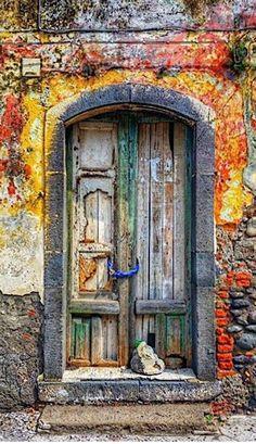 Riposto, Sicile, Italie #photo #porte #door #voyage #travel Via https://vibbi.com/m/1071733488059159207_488722563