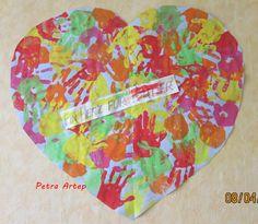 Mit Händedruck dieses Herz gestaltet- Gemeinschaftsarbeit
